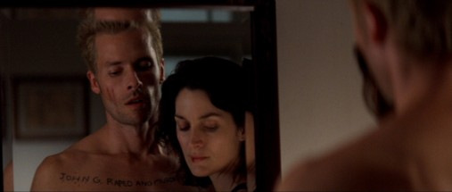 "Carrie-Anne Moss og Guy Pearce i ""Memento"""