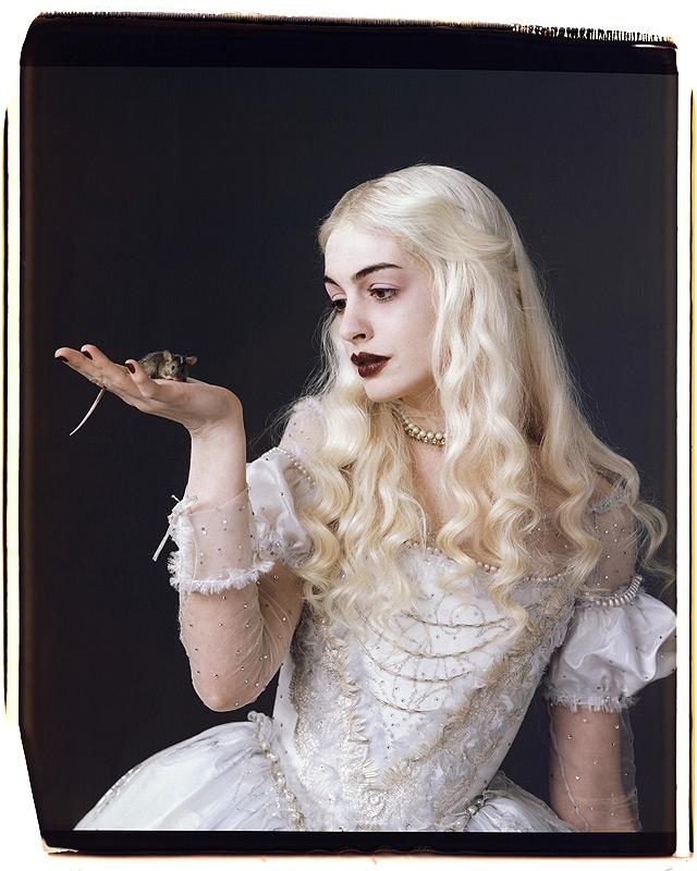 Anne Hathaway som Den Hvite Dronningen