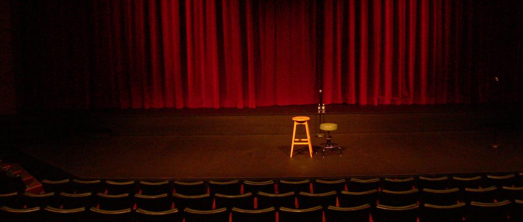 Teatrets fire vegger: foran, bak, til venstre og til høyre. Veggen mot publikum kalles den fjerde veggen.