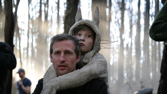 Regissør Spike Jonze med skuespiller Max Records på ryggen