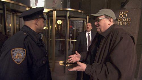 Pinlige og oppskriftsmessige stunts gjennomført av Michael Moore. Her forsøker han å arrestere topplederne i en bank.