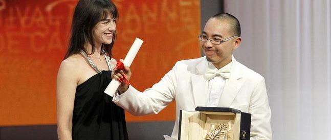 Regissøren mottar utmerkelsen fra Charlotte Gainsbourg