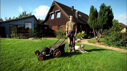 Stillbilde fra den norske dokumentarfilmen «Gunnar Goes God», med gressklipper og vov-vov.