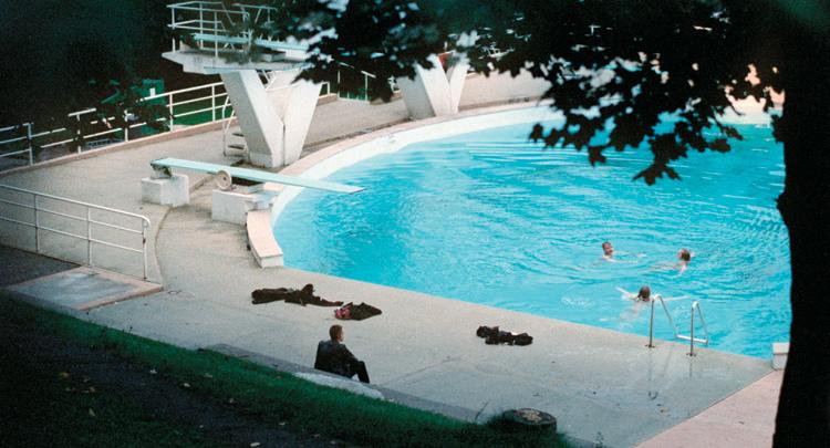 Et still fra filmens sekvens på Frognerbadet i Oslo