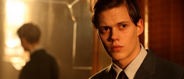 Bill Skarsgård som Simon