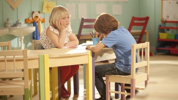 Første møtet mellom Karsten og Petra. Bildet viser de lyse og klare fargene i filmens uttrykk.