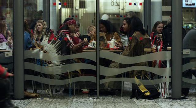 Et kryptisk budskap: En gruppe indianere spiser et måltid på McDonalds.