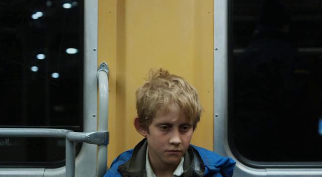 Kanskje det nærmeste Östlund kommer et nærbilde i «Play». Et av ofrene sitter medtatt på toget.