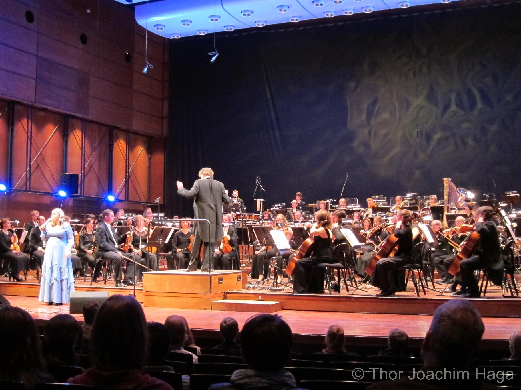 """Helene Bøksle og Trondheim Symfoniorkester fremfører en ny versjon av """"Svalbardtemaet"""" fra Orions Belte (1985)"""