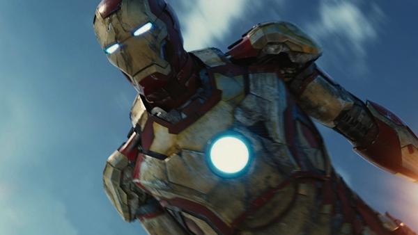 Iron Man svever milevis over bakken, noe 3D-effekten bidrar til å skape inntrykk av.