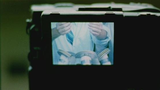 Kameraet gjemmer seg bak et annet kamera under filmens eneste spesialeffekt.