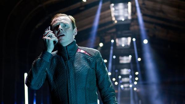 Simon Pegg føles ofte malplassert, men fungerer godt i de mer dramatiske sekvensene.