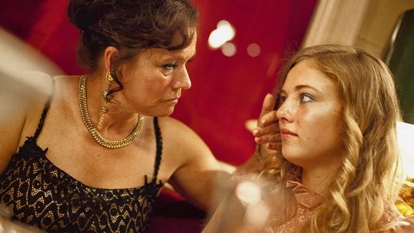 Bordellmamma Dagmar Glans manipulerer den lettpåvirkelige 14-åringen Iris.