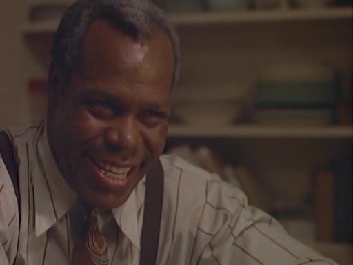 Danny Glover spiller den sleske Harry som skaper splid i familien.