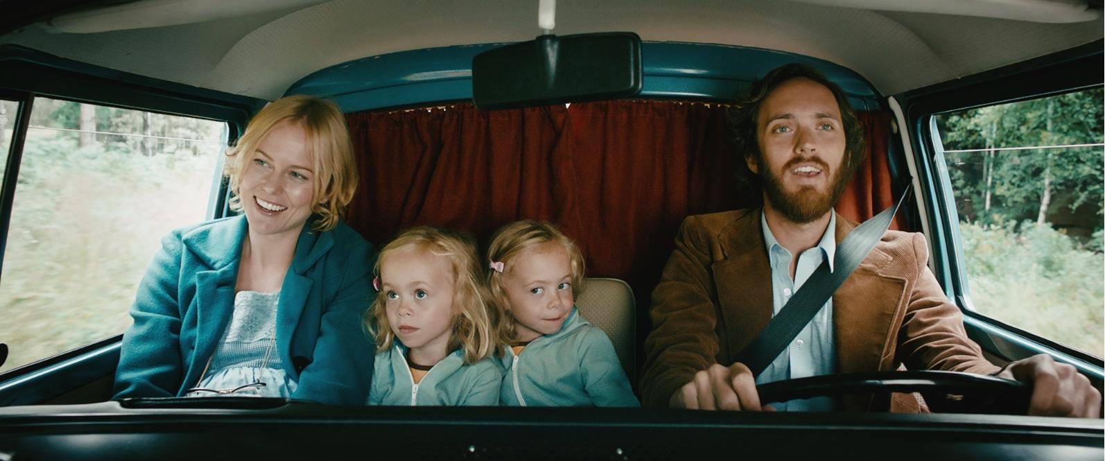 Mor (Ingrid Bolsø Berdal), de to tvillingene og far (Thomas Bye)