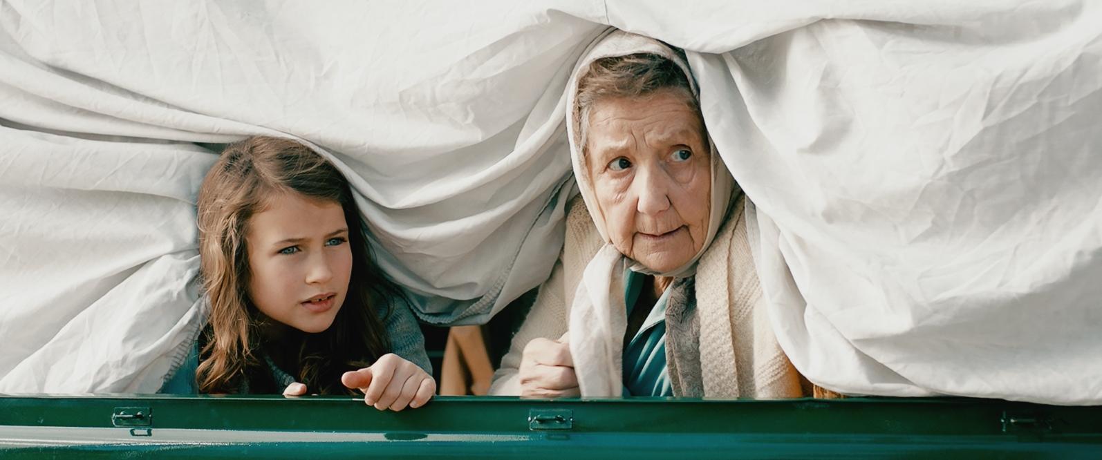 Mona (Petronella Nygaard) og mormor sniker seg ombord på den stjålne lastebilen.