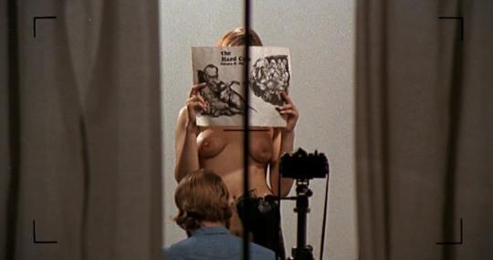 Meta-elementer er fremtredende i flere av De Palmas filmer. Dette bildet er hentet fra Hi. Mom! (1970).