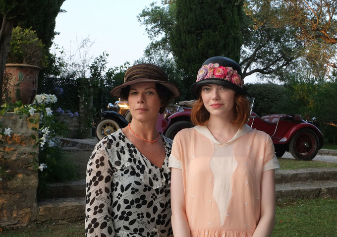 Marcia Gay Harden og Emma Stone i Magic in the Moonlight