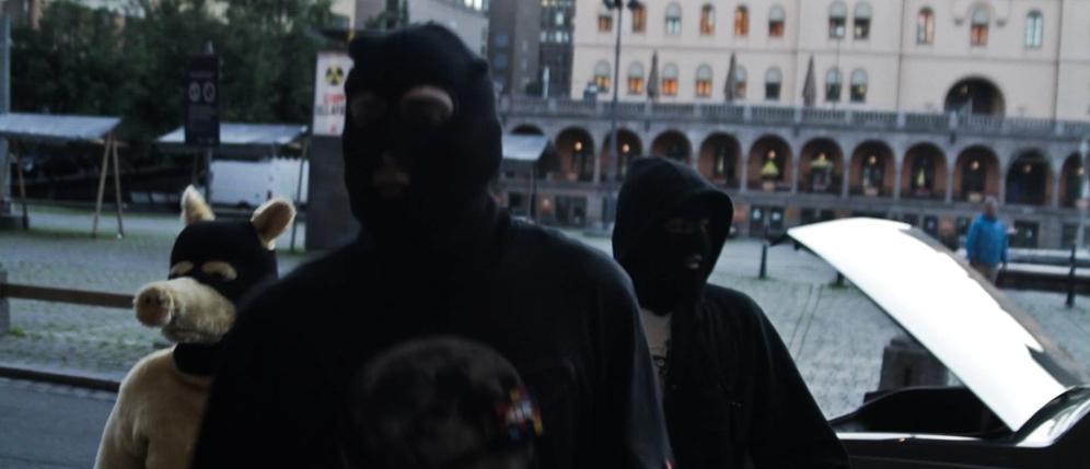 Bildet er hentet fra musikkvideoen til låten «Low Class Conspiracy» av Madlib-alter egoet Quasimoto.  Videoen er laget av norske Kristoffer Klunk -- legg merke til Youngstorget i bakgrunnen!