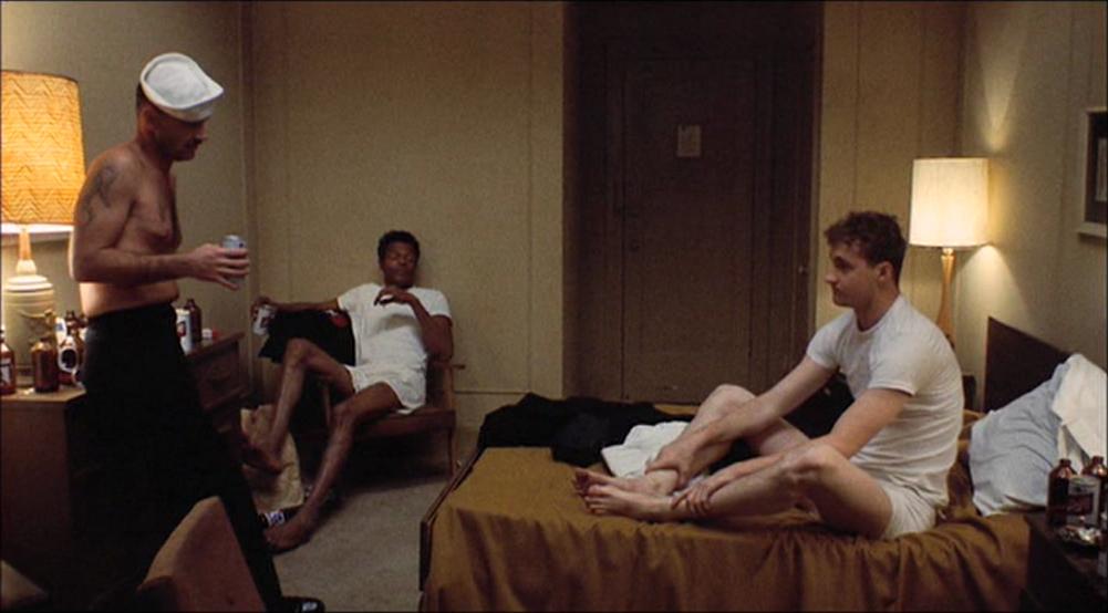 Trioen sjekker inn på et hotell for å gi Meadows noen siste, gode dager.