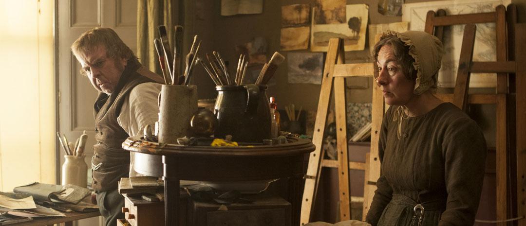Turner i selskap med en av sine få relasjoner – husholdersken Hannah Danby, som han (og Leigh) behandler nærmest som om hun ikke er der.