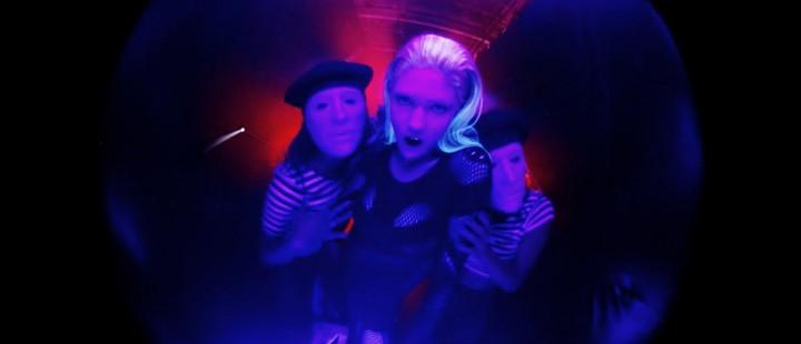 Frysbilde fra musikkvideoen til «Genesis»