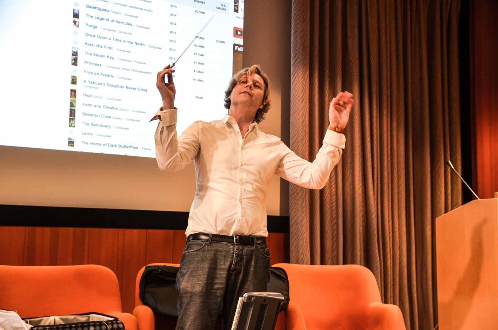 Tuomas Kantelinen demonstrerer dirigentstokken. Foto: Eirik Myhr
