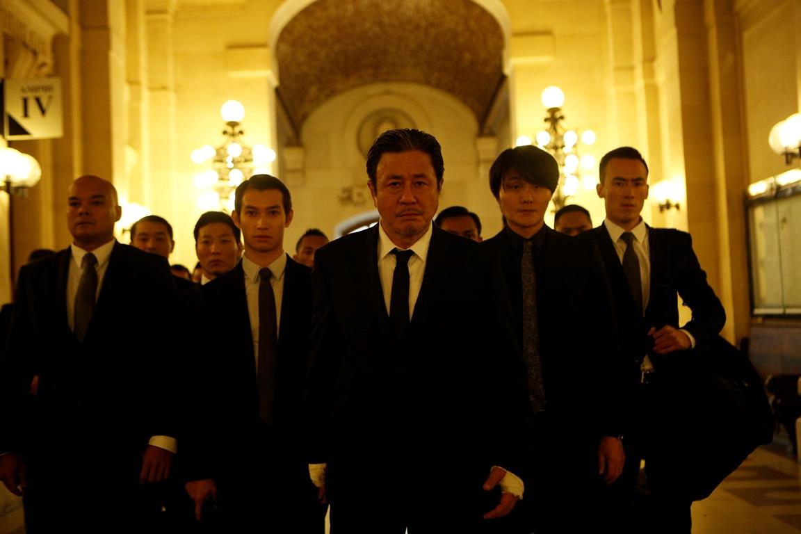 Den innledende Yakuza-sekvensen har et gyllent og varmt skjær i kontrast med de blodige grusomhetene.