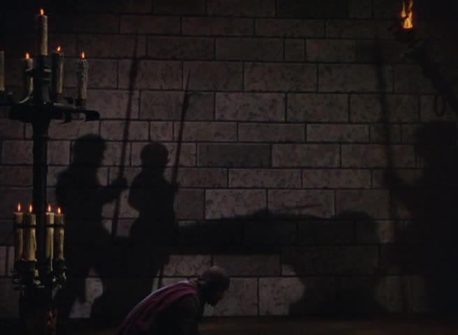 En av flere scener hvor Curtiz dramatiserer ved hjelp av skygger.
