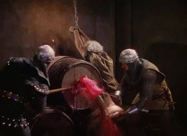 En av flere sekvenser hvor Curtiz får frem en blodrød farge som gir en psykologisk effekt av å se blod, uten at man viser at fangen blir påført sår