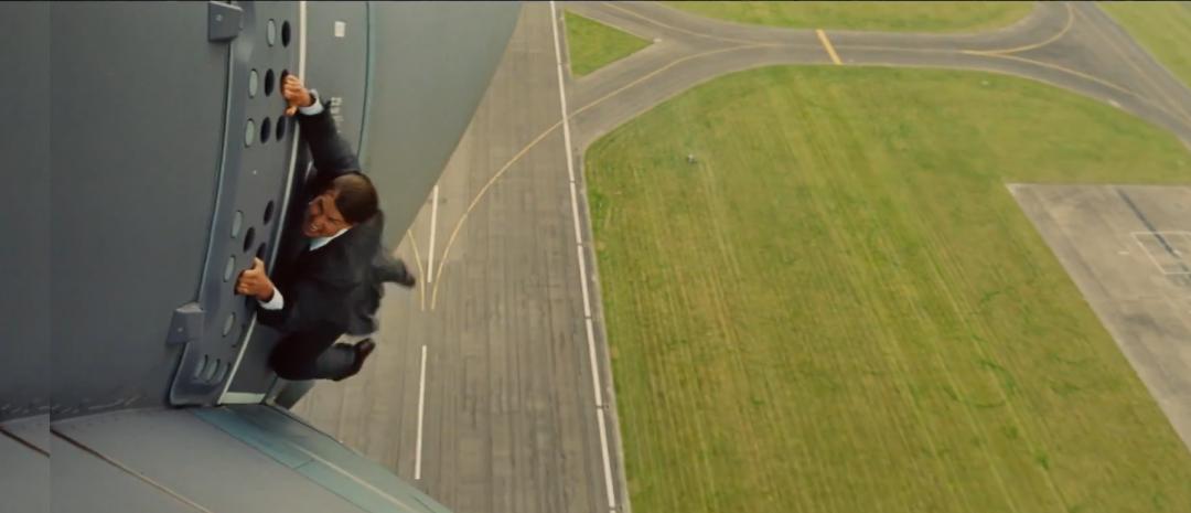 Tom Cruise nekter å slippe taket i første høytflyvende trailer for Mission: Impossible – Rogue Nation