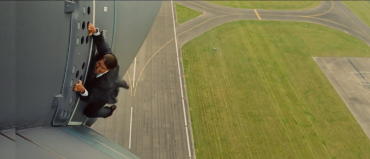Tom Cruise nekter å slippe taket i første høytflyvende trailer for Mission: Impossible – Rogue Nation