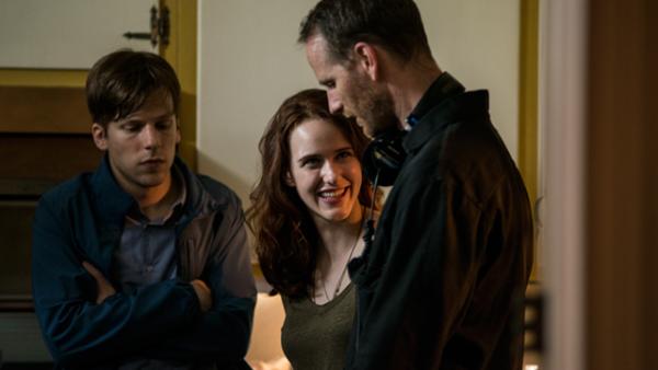 Skuespillerne Jesse Eisenberg og Rachel Brosnahan med Joachim Trier.