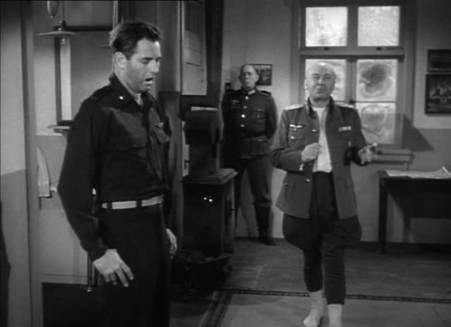 von Scherbach (Otto Preminger) sprader rundt i sokkelesten mens han på sadistisk vis torturerer en fange.