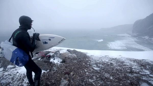 En av Wegge-brødrene speider etter den perfekte surf i «Bjørnøya».