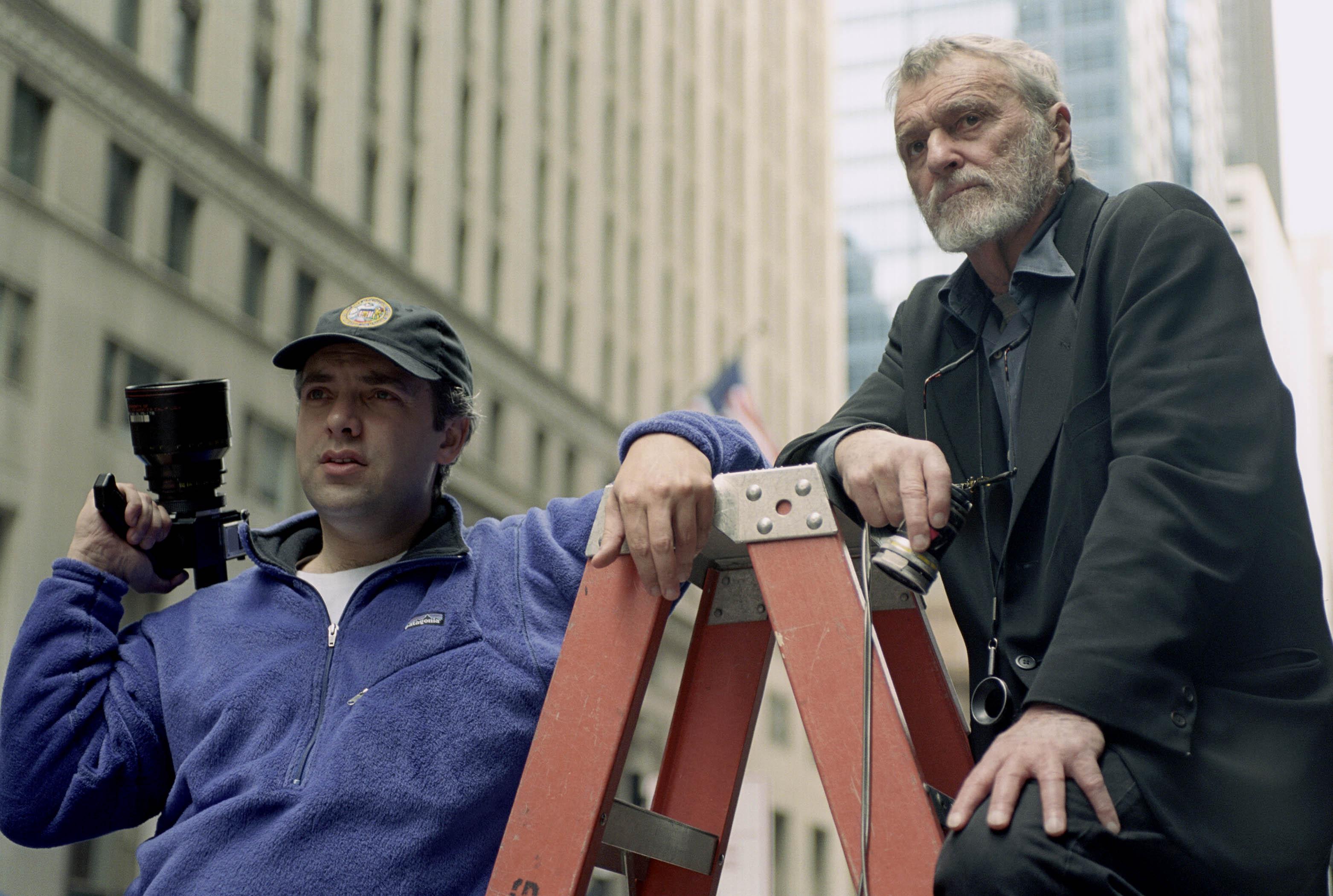 Conrad Hall (til høyre) med regissør Sam Mendes under innspillingen av «Road to Perdition» (2002).
