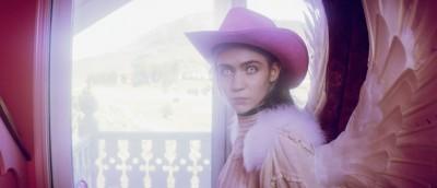 Grimes' kreative overskudd renner over i musikkvideoen til Flesh without Blood/Life in the Vivid