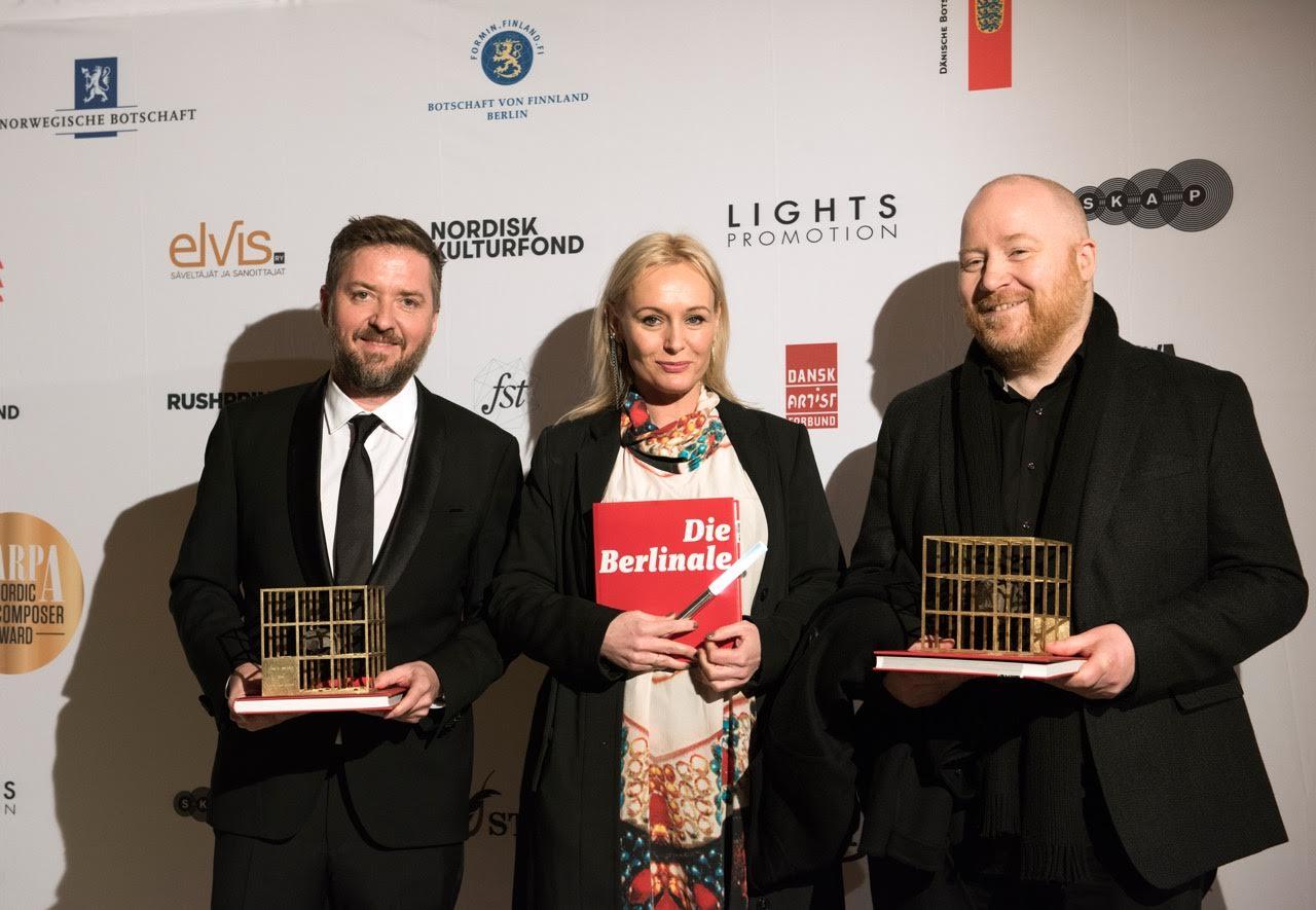 Harpa-vinnerne Atli Örvarsson og Johann Johannsson med pris designet at Iselin Shumba og Isak Wisløff. Foto: Lea Buragiewicz / Marco Di Filippo (Lights Promotion)