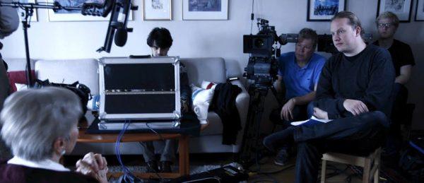 Innspilling av dokumentarfilmen «Wars don't end». Fra venstre: regissør Dheeraj Akolkar (i sofaen), fotograf Håkon Vettre, produsent Christian Falch og B-fotograf Torfinn Rønning Sanderud. (Foto: Elin Festøy)