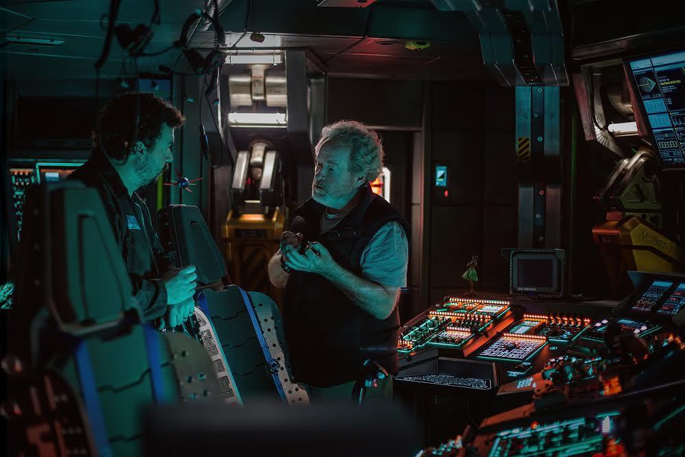 Scott gir instruksjoner ved kontrollpanelet.