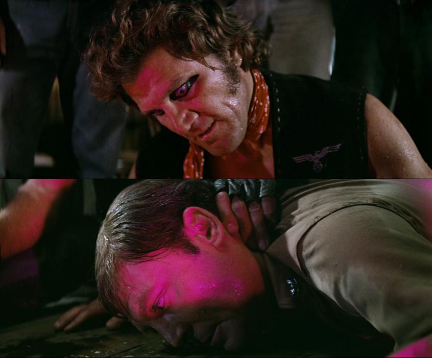 Bandelederen ydmyker hovedpersonen på alle tenkelige måter, i et forsøk på å bryte ned hans ikkevoldslinje.