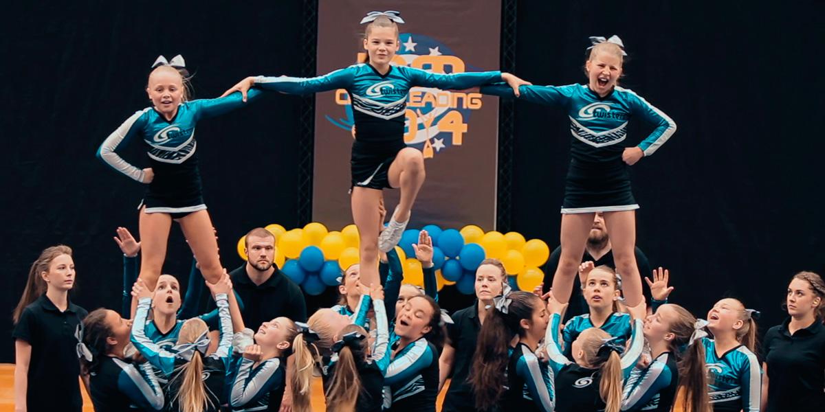 Ruth og de andre cheerleading-danserne.