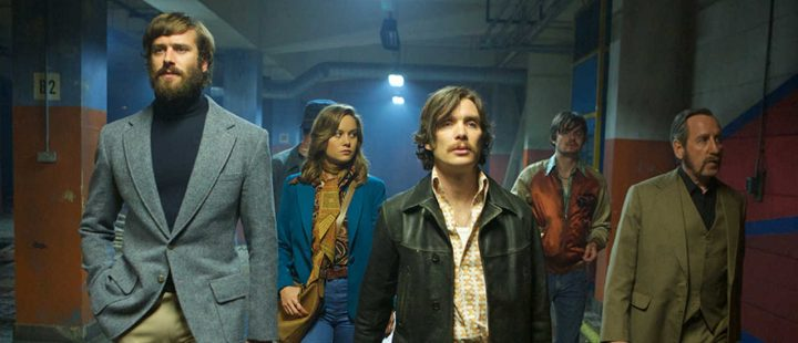 Lange skjortesnipper over brede jakkeslag i Ben Wheatleys shootout-film Free Fire