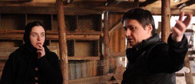 Cristian Mungiu og skuespiller Cosmina Stratan under innspillingen av «Beyond the Hills» (2012).