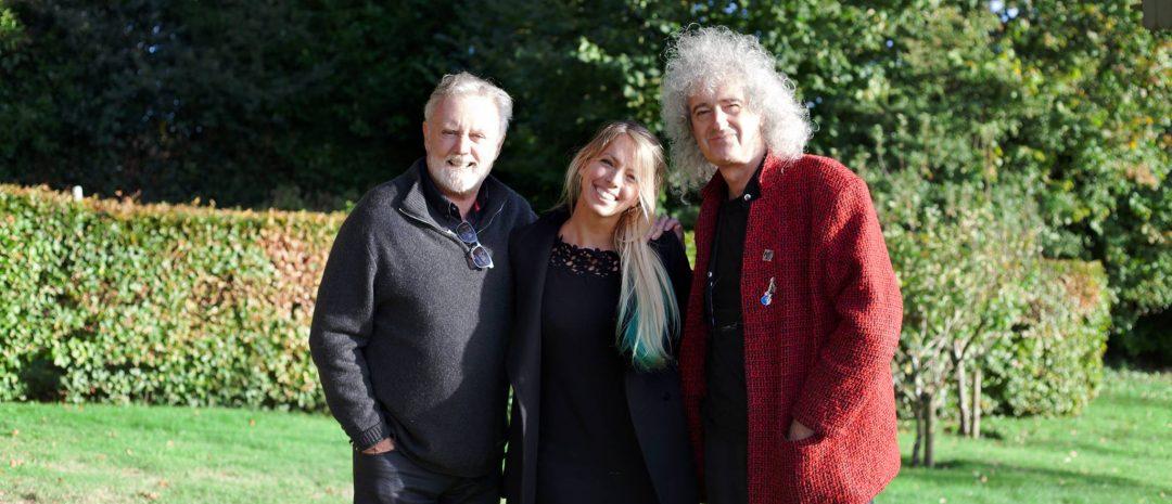 Jannicke Mikkelsen med de legendariske bandmedlemmene Roger Taylor og Brian May.