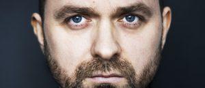lukas-moodysson-gar-endelig-bak-kameraet-igjen-skriver-og-regisserer-tv-serien-gosta-for-hbo