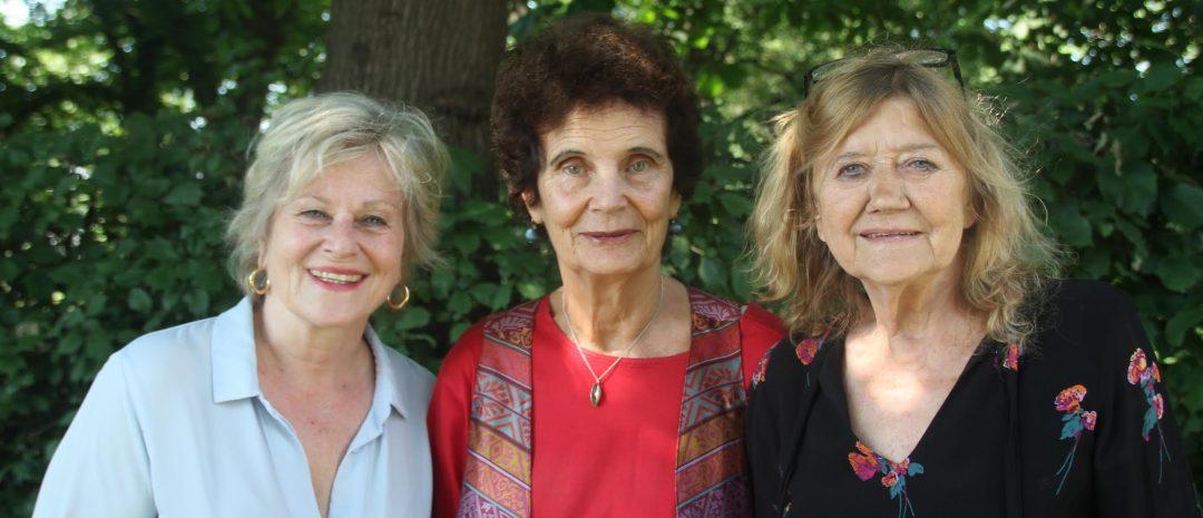 Anja Breien flankert av «Hustruer»-skuespillerne Anne Marie Ottesen og Frøydis Armand. (Foto: Helen Prestgard/Tordenfilm.)