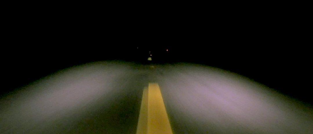 Horisonten er visket ut av mørket i «Lost Highway» (David Lynch, 1997).