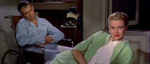 James Stewart i hjemmekarantene får besøk av Grace Kelly i Alfred Hitchcocks «Vindu mot bakgården» (1958)