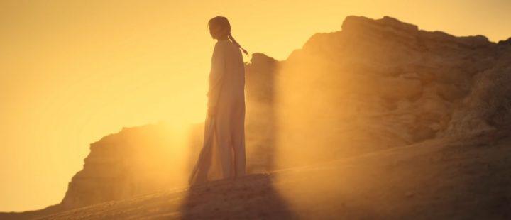 Zendaya badet i gult lys, i et bilde hentet fra den siste traileren til «Dune», en film mange gledet seg til å se i desember, men som ble utsatt til 2021.